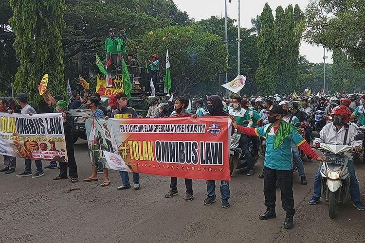 Puluhan serikat buruh menggelar aksi unjuk rasa menolak pengesahan Undang-Undang Cipta Kerja atau omnibus law di titik pusat Pemerintahan Kabupaten (Pemkab) Bogor, Jalan Tegar Beriman, Kecamatan Cibinong, Kamis (8/10/2020).