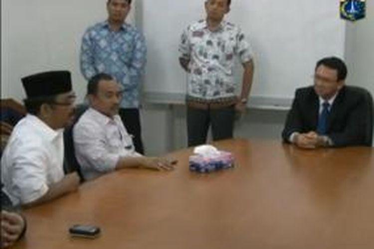 Wakil Gubernur DKI Jakarta Basuki Tjahaja Purnama saat menemui Rajjam Ahok (Rakyat Jakarta Jahit Mulut Ahok) yang menuntutnya meminta maaf kepada Wakil Ketua DPRD DKI Abraham Lunggana, Senin (29/7/2013).