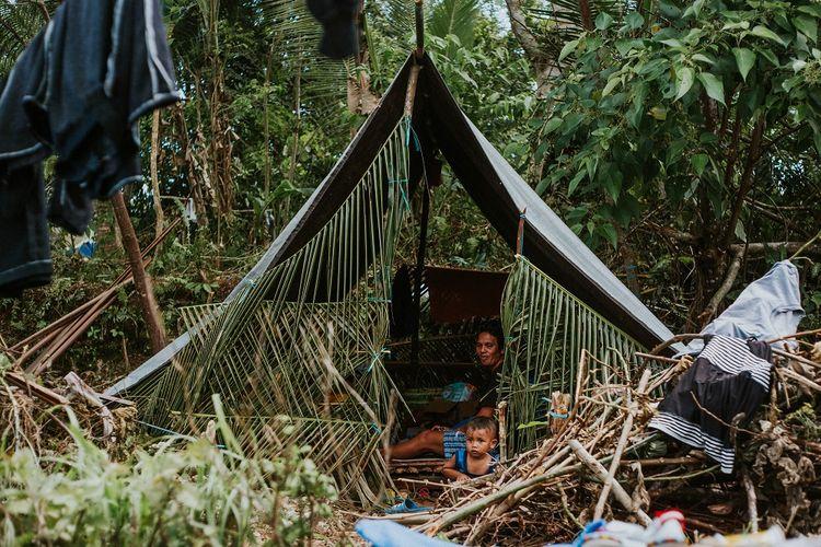 Warga korban gempa Maluku berada di tenda yang dibuat secara mandiri di Negeri Oma, Pulau Haruku, Maluku, Selasa (1/10/2019). Warga di kawasan tersebut menyatakan belum ada bantuan dari pemerintah pascagempa bumi magnitudo 6,8 SR yang mengguncang Pulau Ambon dan sekitarnya pada Kamis (26/9/2019). ANTARA FOTO/Baronda/wpa/aww.
