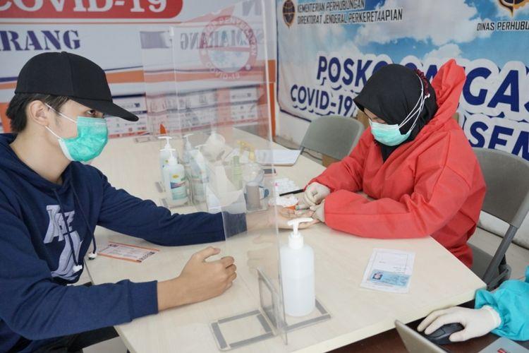 Penumpang tes covid-19 di stasiun Tawang Semarang