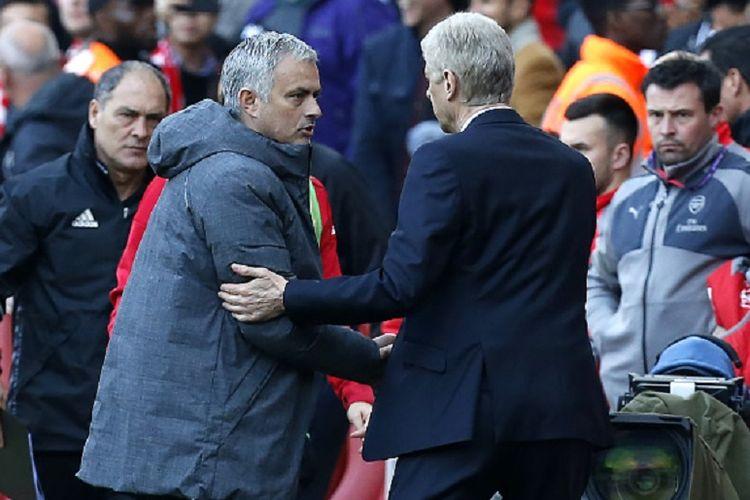 Jose Mourinho bersalaman dengan Arsene Wenger seusai laga Premier League antara Manchester United dan Arsenal di Stadion Emirates, Minggu (7/5/2017).