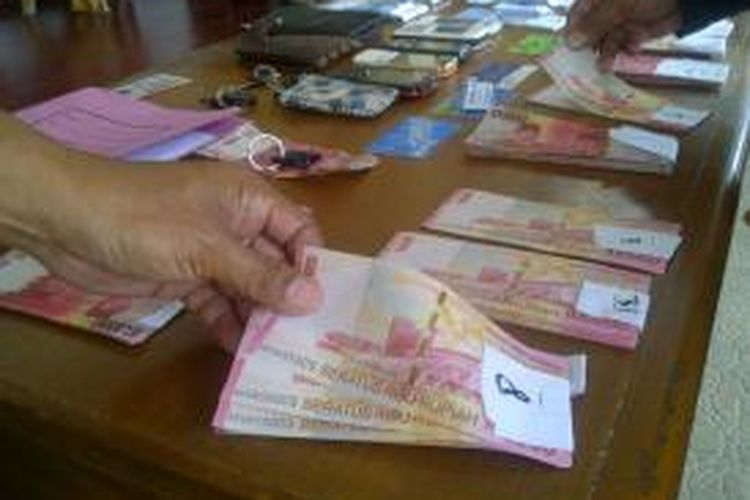 Ilustrasi: uang palsu pecahan Rp 50.000 dan Rp 100.000