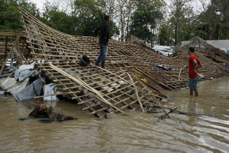 ROBOH—Kandang berisi ribuan ayam potong roboh setelah diterjang bencana banjir di Desa Kedungjati, Kecamatan Balerejo, Kabupaten Madiun, Jawa Timur, Senin (2/11/2020)