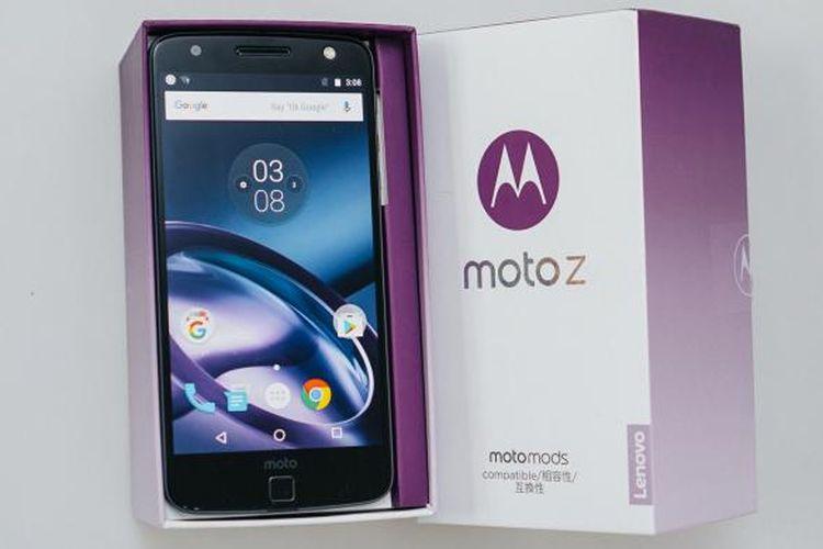 Motorola Moto Z di dalam kotak kemasannya.