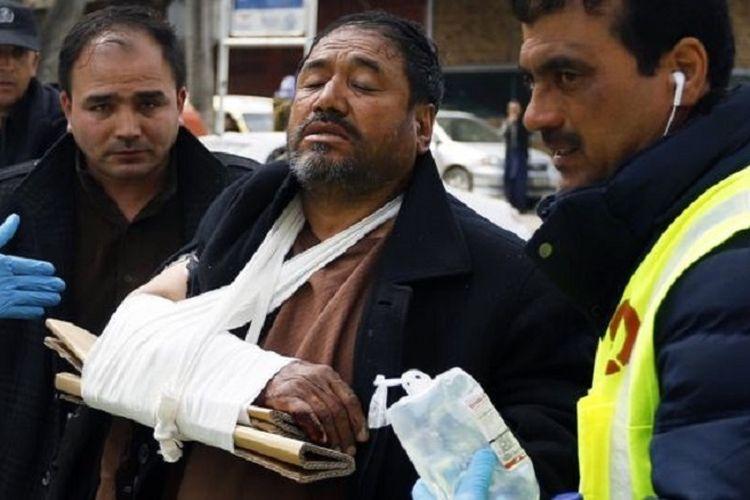 Seorang pria terluka akibat serangan di Kabul saat upacara peringatan 25 tahun kematian pemimpin etnis Hazara, Abdul Ali Mazari.