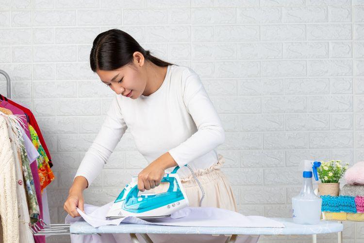 Menyetrika pakaian menjadi salah satu aktivitas rumah yang paling tidak disukai oleh banyak orang.