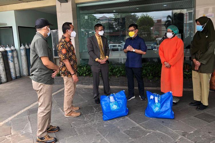 Yayasan Astra Honda Motor (AHM) menyerahkan bantuan bagi tenaga kesehatan di wilayah Tangerang Selatan dan Bogor