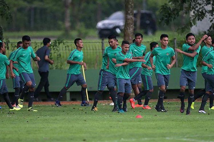 Suasana seleksi pemain Timnas Indonesia U-22 di Lapangan Sekolah Pelita Harapan, Tangerang, Banten, Rabu (22/2/2017). Sebanyak 25 pemain mengikuti seleksi pertama Timnas U-22 proyeksi SEA Games 2017.