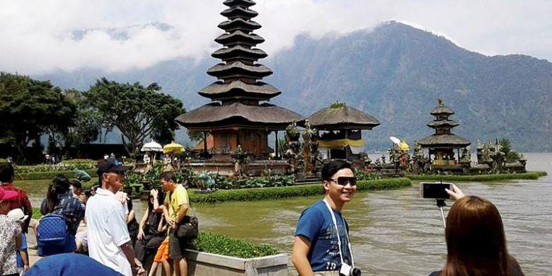 Obyek wisata Pura Ulun Danu, Danau Beratan, Bedugul, Kabupaten Tabanan, Bali, masih menjadi salah satu favorit kunjungan wisatawan domestik dan asing, seperti terlihat pada Kamis (22/12/2016). Pada musim liburan, jumlah kunjungan bisa mencapai 2.000 orang per hari.