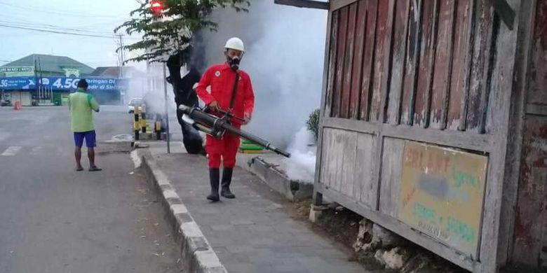 Penyemprotan mengantisipasi DBD berlangsung di kawasan Wonosidi Kidul, Kulon Progo, DI Yogyakarta.