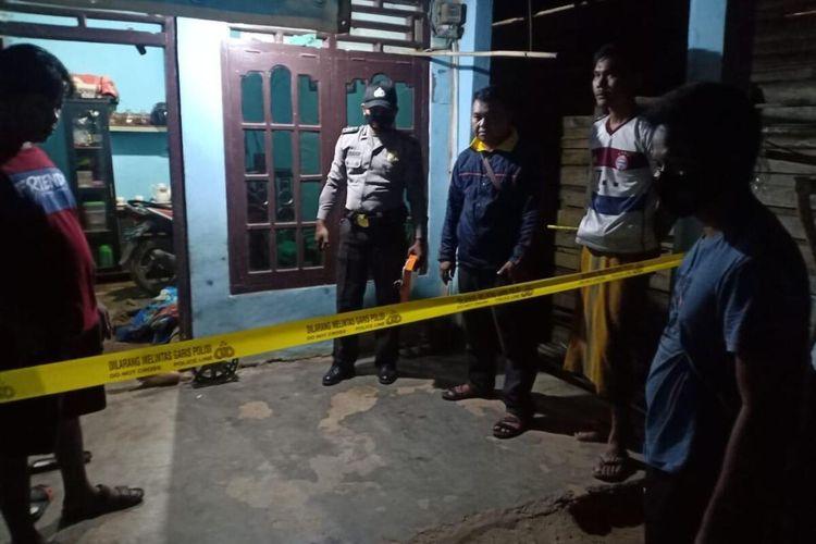 Kediaman Sukadi (37) dan Erika (25) di Dusun 3 Desa Makarti Tama, Kecamatan Peninjauan, Kabupaten Ogan Komering Ulu (OKU), Sumatera Selatan yang menjadi korban pembunuhan oleh tetangganya sendiri saat dilakukan olah TKP oleh pihak kepolisian setempat, Sabtu (24/4/2021).