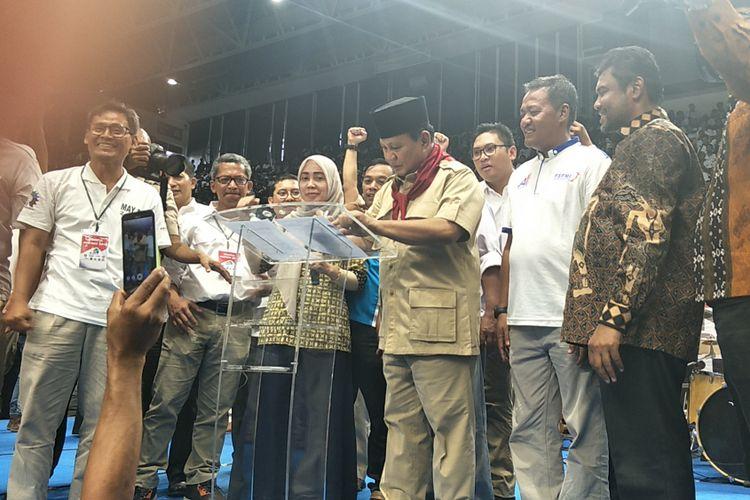 Ketua Umum Prabowo Subianto menandatangani kontrak politik di hadapan ribuan buruh Konfederasi Serikat Pekerja Indonesia, di Istora Senayan, Jakarta, Selasa (1/5/2018).