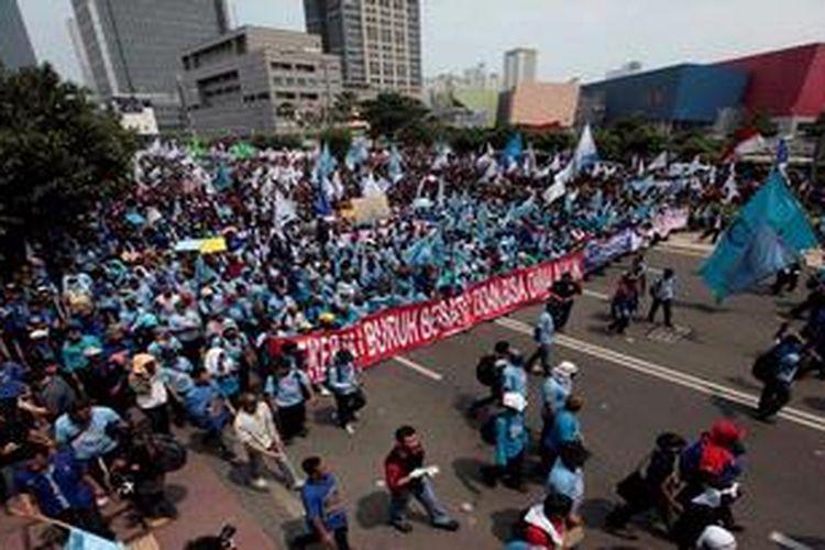 Ilustrasi: Puluhan ribu buruh dari berbagai daerah memenuhi ruas Jalan Thamrin, Jakarta peringati Hari Buruh Internasional, Rabu (1/5/2013). Buruh menuntut penghapusan sistem kerja kontrak dan mendesak segera dilaksanakan jaminan kesehatan.