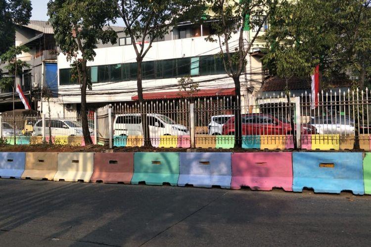 Separator jalan yang dicat warna-warni di kawasan Pejaten Barat, Jalan Warung Jati Barat, Jakarta Selatan. Foto diambil Minggu (29/7/2018).
