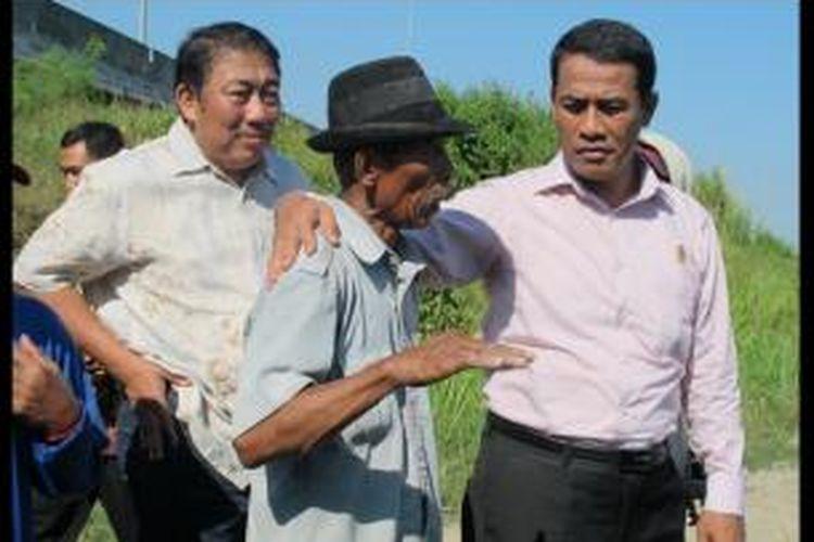 Mentan Andi Amran Sulaiman bersama seorang petani bawang merah, Tarmo di Desa Tegongan, Kecamatan Tanjung, Kabupaten Brebes, Jawa Tengah, Jumat (12/6/2015).