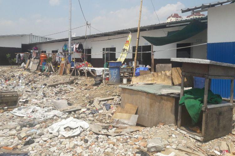 Shelter atau tempat tinggal sementara berdiri di tengah puing-puing bekas Kampung Akuarium, Rabu (11/4/2018).