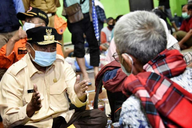 Wakil Gubernur Jawa Barat Uu Ruzhanul Ulum meninjau kondisi terkini pascainsiden kebakaran kilang minyak Balongan milik Pertamina di Kabupaten Indramayu, Selasa (30/3/2021).