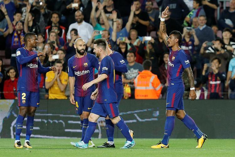 Gelandang Barcelona asal Brasil, Paulinho (kanan), melakukan selebrasi setelah mencetak gol ke gawang Eibar dalam pertandingan La Liga di Stadion Camp Nou, Barcelona, Selasa (19/9/2017).