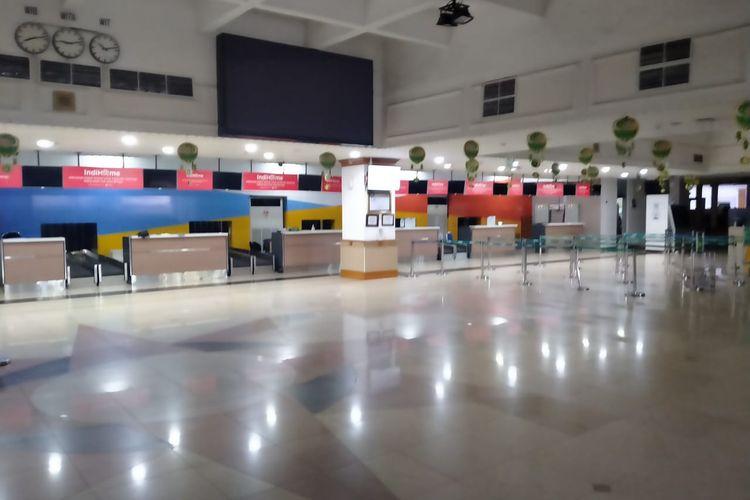 Suasana Area Check In Bandara Halim Perdanakusuma yang sepi dari aktivitas, terlihat tidak ada satupun petugas dan calon penumpang yang beraktivitas di area, Minggu (9/5/2021)
