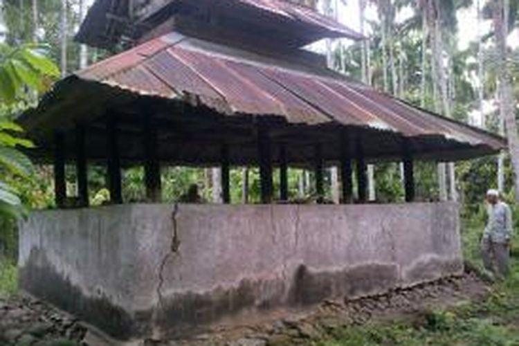 Tampak Makam Tgk Lambaet yang butuh dipugar untuk keselamatan situs sejarah di Desa Aweu Geutah Paya, Kecamatan Peusangan Siblah Krueng, Kabupaten Bireuen, Aceh.