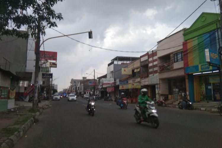 Pengendara sepeda motor melajukan kendaraan di Jalan Tuparev, Karawang, Rabu (6/5/2020).