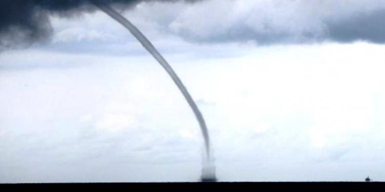 Fenomena waterspout.