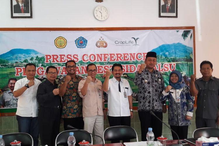 Direktorat Jenderal Prasarana dan Sarana Pertanian (PSP) Kementan Sarwo Edhy (empat dari kiri) bersama jajaran terkait saat memberikan keterangan pers terkait peredaran pestisida palsu di Kantor Dinas Pertanian dan Ketahanan Pangan Kabupaten Brebes Jumat (5/4/2019).