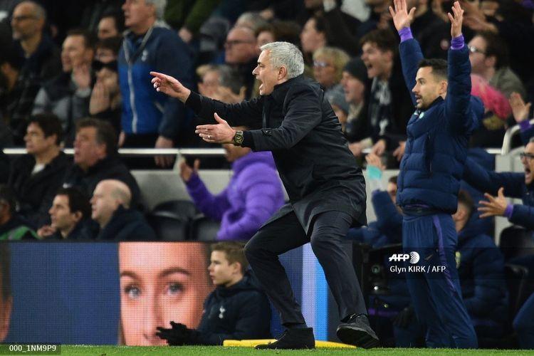Ekspresi Jose Mourinho saat menukangi Tottenham Hotspur pada laga Liga Inggris kontra Liverpool, 11 Januari 2020.