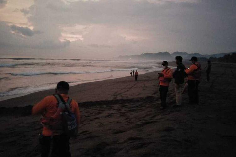 Tim SAR gabungan mencari korban tenggelam di di Pantai Sawangan, Surorejan Kecamatan Puring Kabupaten Kebumen, Jawa Tengah, Kamis (18/3/2021).