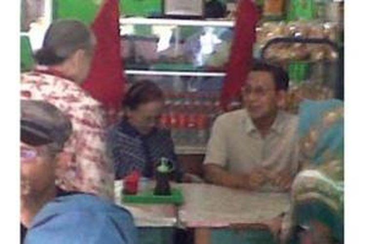 Mantan Wapres Boediono dan istrinya serta keluarga dari istrinya sarapan soto di warung, langganannya sejak SMA di Kota Blitar, Jumat (16/1/2015).