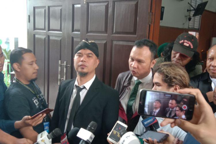Ahmad Dhani menghadiri sidang pembacaan pledoi atau nota pembelaan untuk kasus ujaran kebencian yang menjeratnya di Pengadilan Negeri (PN) Jakarta Selatan, Ampera Raya, Senin (10/12/2018).