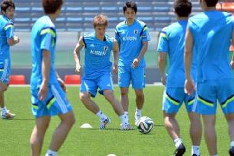Pemain-pemain Jepang (dari kiri ke kanan) Atsuto Uchida, Gotoku Sakai, Shinji Kagawa, dan Makoto Hasebe mengikuti sesi latihan tim nasional di Tokyo, 17 Mei 2014.