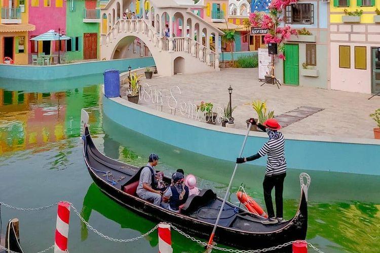 Pemandangan di Dusun Semilir bak kota Venesia, Italia dengan perahu, sungai, serta tata kota khasnya.