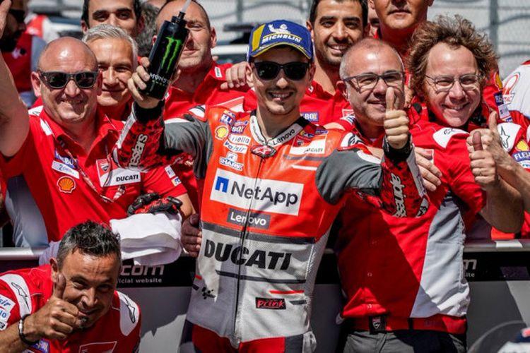 Pebalap Ducati, Jorge Lorenzo, merayakan keberhasilannya mendapat posisi start kedua pada kualifikasi MotoGP Italia di Sirkuit Mugello, Italia, Sabtu (2/6/2018).