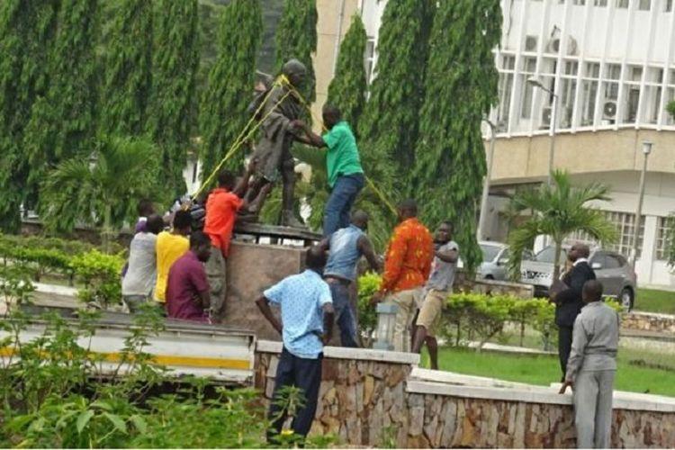 Patung Mahatma Gandhi di Universitas Ghana akhirnya disingkirkan setelah tiga tahun berdiri.