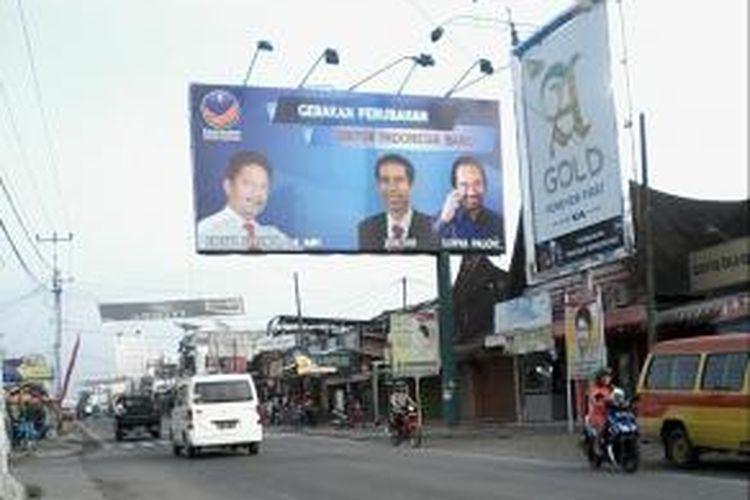 Calon anggota legislatif (caleg) DPR dari Partai Nasdem di Daerah Pemilihan (Dapil) Sumatera Barat II Nomor urut 1, Erizal Efendi, memasang foto kader Partai Demokrasi Indonesia (PDI) Perjuangan sekaligus Gubernur DKI Jakarta Joko Widodo alias Jokowi pada baliho kampanyenya.