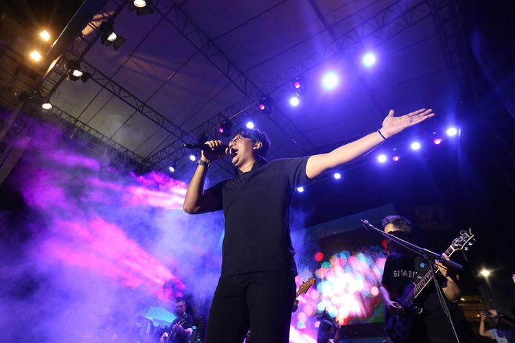 Stinky saat tampil di acara The 90s Festival, Gambir Expo, Jakarta Utara, Sabtu (25/11/2017). Festival ini menghadirkan sejumlah musisi yang hits di era 90-an diantaranya adalah Sixpence None The Richer, Potret, The Groove, Bragi, P-Project, Dewa 19 feat Ari Lasso, Neo, KLa Project dan lain-lain.