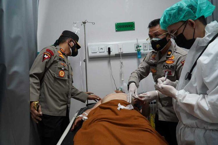 Kapolda Sumatera Selatan Irjen Pol Eko Indra Heri saat membesuk Bripka Ridho Otonardo di Rumah Sakit Polri Hasan Palembang yang menjadi korban penusukan orang tak dikenal, Jumat (4/6/2021).