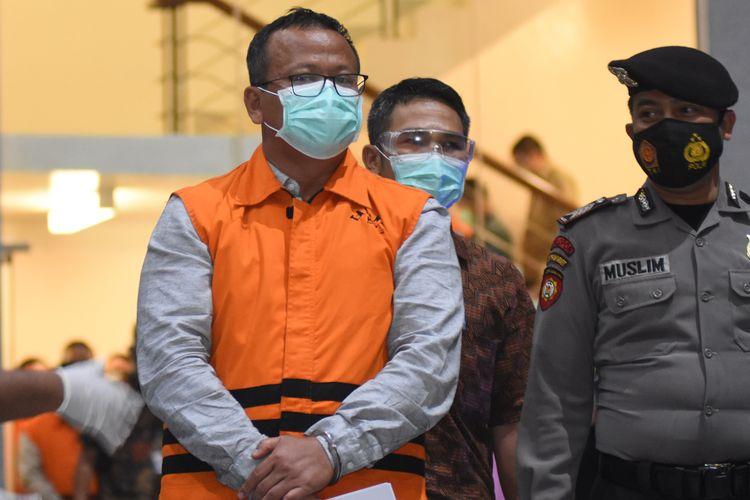 Menteri Kelautan dan Perikanan Edhy Prabowo (tengah) mengenakan baju tahanan seusai diperiksa di Gedung KPK, Jakarta, Rabu (25/11/2020). KPK menetapkan Edhy Prabowo sebagai tersangka setelah ditangkap di Bandara Soekarno Hatta terkait dugaan korupsi penetapan izin ekspor benih lobster. ANTARA FOTO/Indrianto Eko Suwarso/aww.
