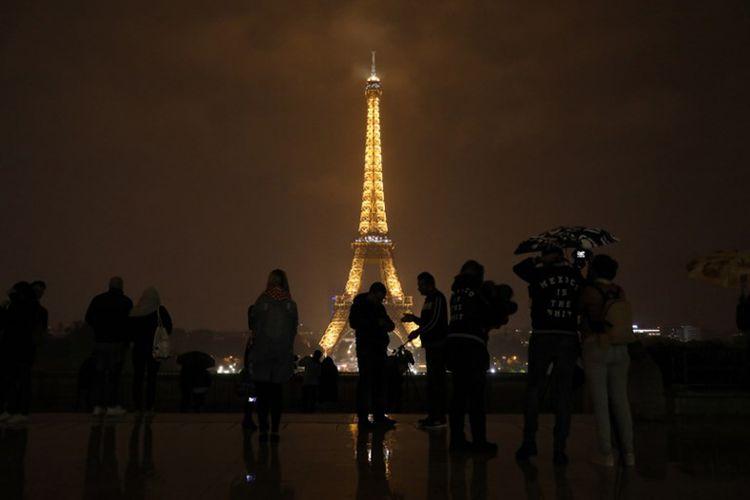 Menara Eiffel di Paris sebelum pemadaman lampu pada tanggal 2 Oktober 2017 sebagai penghormatan kepada korban serangan di Las Vegas dan Marseille.