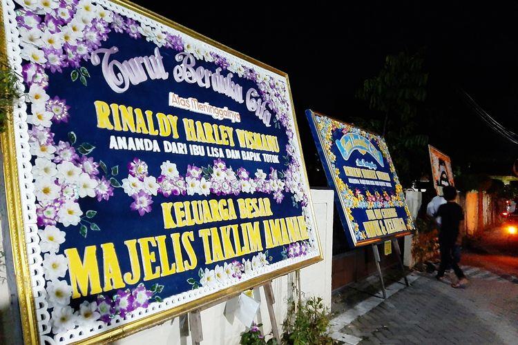 Karangan bunga turut berduka cita sudah terpasang di rumah Rinaldi Harley Wismanu, Nologaten, Caturtunggal, Depok, Sleman