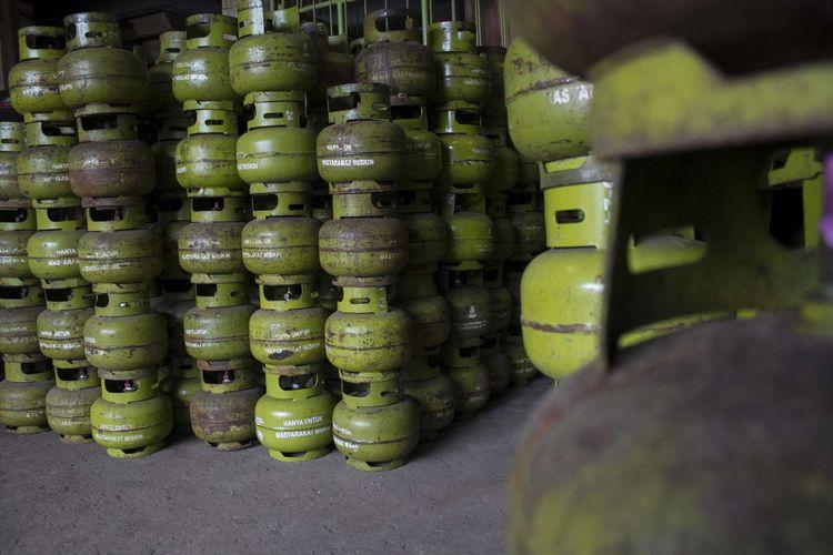 Tabung gas LPG berukuran 3 kg ditata di agen gas Pancoran Mas, Depok, Jawa Barat, Kamis (23/1/2020). Pemerintah ingin membatasi penyaluran dan penyesuaian harga elpiji 3 kg.