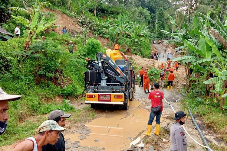 Kendaraan taktis bencana diturunkan Polresta Tasikmalaya untuk membantu membuka longsoran tanah yang menutup.akses jalan Tasikmalaya-Pangandaran di Cineam, Kabupaten Tasikmalaya, Kamis (21/1/2021).
