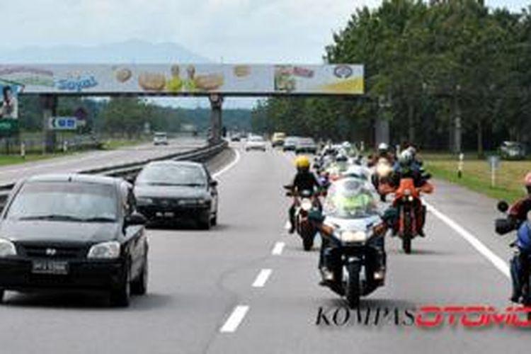 Segerombolan moge di ruas jalan tol Malaysia.