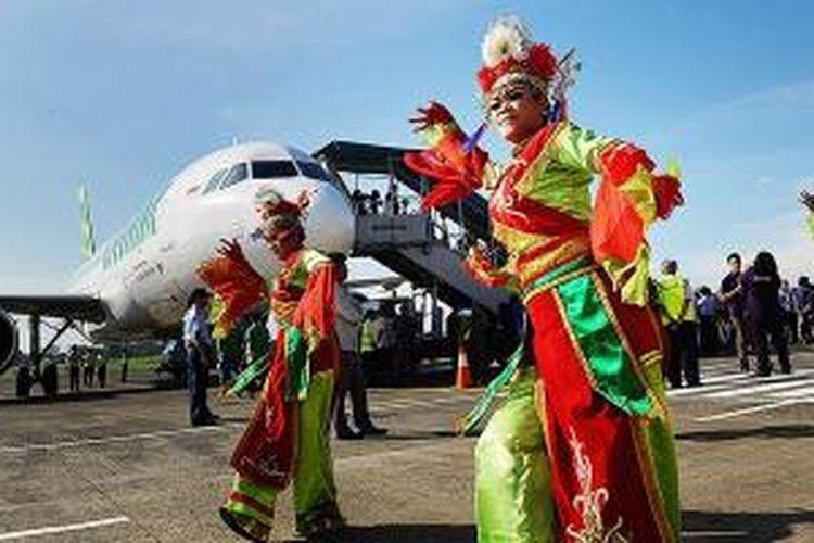 Penari menyambut kedatangan penerbangan perdana pesawat Citilink di Bandara Halim Perdanakusuma, Jakarta, Jumat (10/1/2014). Citilink mengalihkan penerbangan dari Bandara Soekarno-Hatta ke Bandara Halim Perdanakusuma dengan rute Jakarta-Semarang (PP), Jakarta-Yogyakarta (PP), Jakarta-Malang (PP), dan Jakarta-Palembang (PP). Pengalihan rute ini untuk mengurangi kepadatan di Bandara Soekarno-Hatta. Selain Citilink, menurut rencana, pada Februari dan Maret ini Garuda Indonesia dan AirAsia juga mengalihkan sejumlah penerbangan ke Bandara Halim Perdanakusuma.