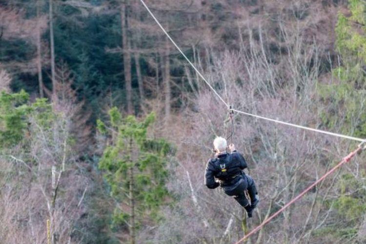 Jack Reynolds menjadi orang tertua yang melakukan aksi flying fox, yakni di usia 106 tahun.