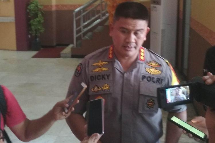 Kabid Humas Polda Sulsel Kombes Pol Dicky Soendani saat diwawancara di Mapolda Sulsel.