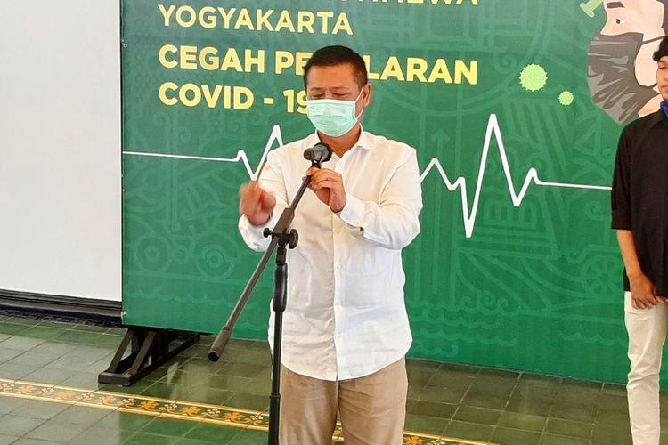 Sekda DIY Kadarmanta Baskara Aji saat menemui wartawan usai rapat terkait status tanggap darurat.
