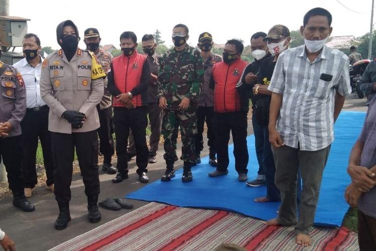 Petani di Kelurahan Kalinyamat Wetan, Margadana mengeluhkan sulitnya mendapat pupuk saat menerima kunjungan Kapolres Tegal Kota AKBP Rita Wulandari, Jumat (22/1/2021) (Istimewa)