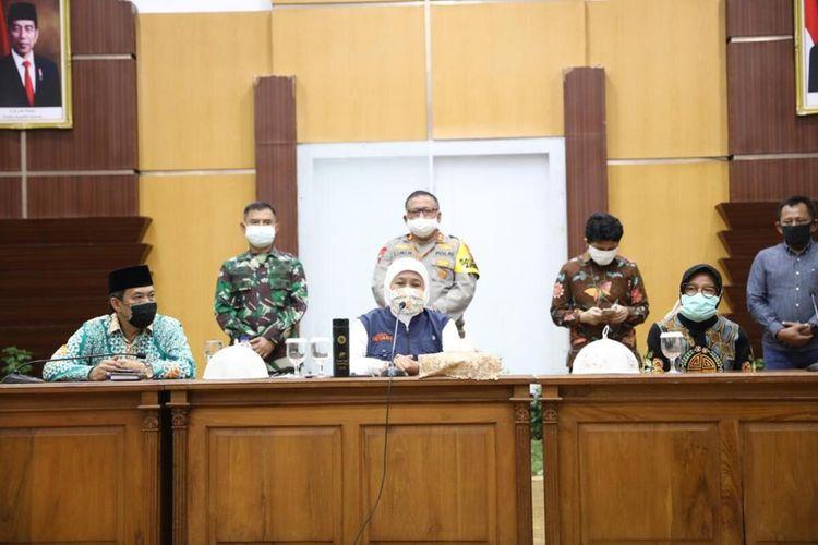 Gubernur Jawa Timur Khofifah Indar Parawansa (tengah) memberi keterangan pers tentang rencana PSBB Surabaya, Gresik dan Sidoarjo di Gedung Negara Grahadi Surabaya, Minggu (19/4/2020).